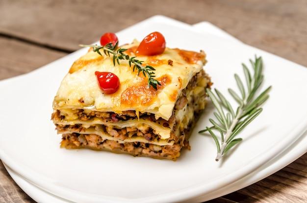 Porcja lasagna na drewnianym stole