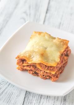 Porcja lasagne na białym talerzu