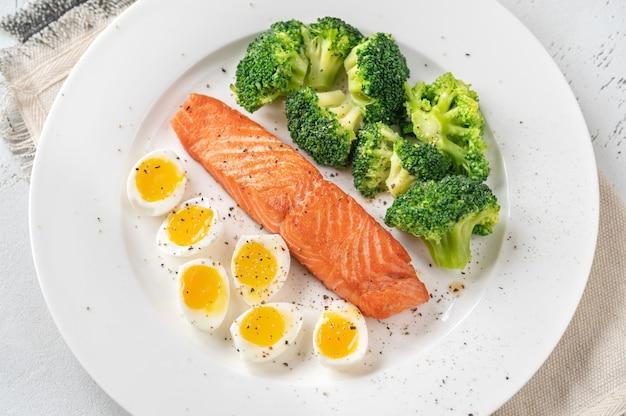 Porcja łososia z brokułami i jajkiem