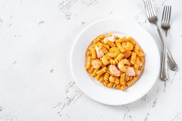 Porcja makaronu biszkoptowego z krewetkami i filetem z łososia