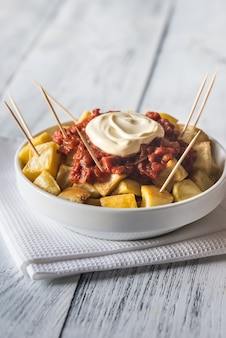 Porcja patatas bravas z sosami