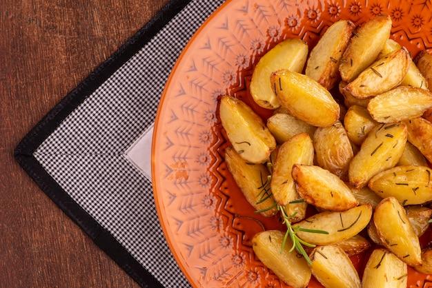 Porcja pieczonych ziemniaków z oliwą z oliwek i rozmarynem