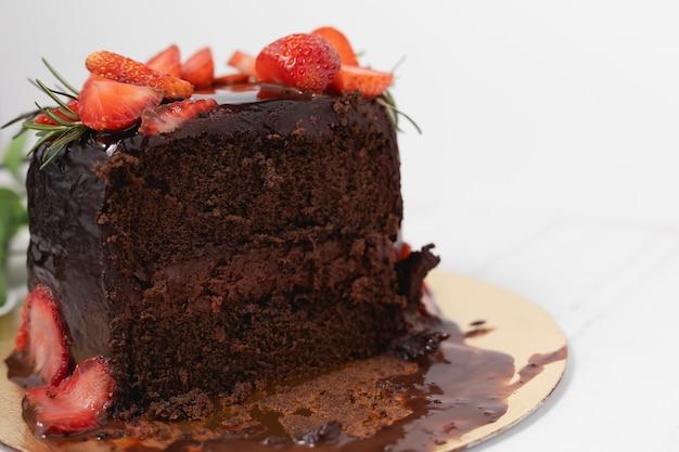 Porcja pysznego ciasta czekoladowego z truskawkami na białym tle do koncepcji żywności i piekarni