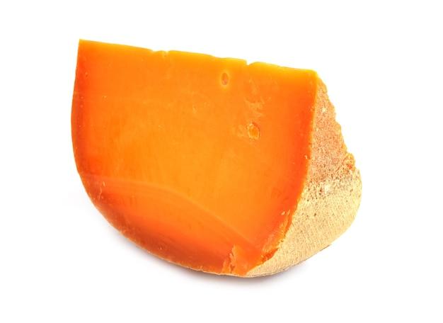 Porcja sera mimolette na białym tle