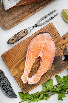 Porcja świeżego fileta z łososia, na białym tle kamiennego stołu, płaski widok z góry