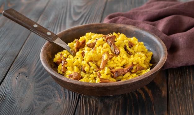 Porcja szafranowego risotto ze smażonymi kurkami