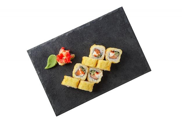 Porcja tempura maki na białym tle