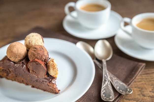 Porcja tortu sacher z dwiema filiżankami kawy
