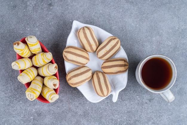 Porcje ciasteczek i filiżanka herbaty