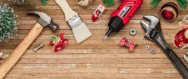 Poręczne narzędzia budowlane z ozdób choinkowych na drewnie