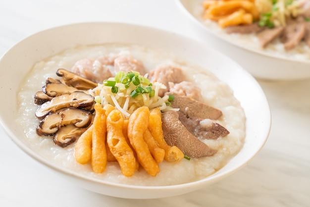 Pork congee lub owsianka z miską wieprzową