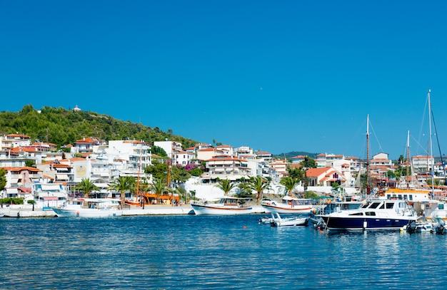 Poros, grecja - 12 czerwca 2016: piękny widok na wspaniały port w grecji na tle nieba