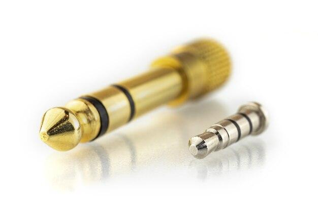 Porównanie konwertera audio jack 3,5 mm i 6,3 mm na białym tle, zdjęcie akcesoriów do złącza audio