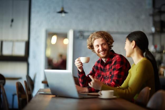 Porozmawiaj w kawiarni