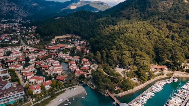Port gocek, zatoka i miasto z lotu ptaka. wybrzeże morza śródziemnego, fethiye turcja. zdjęcie wysokiej jakości