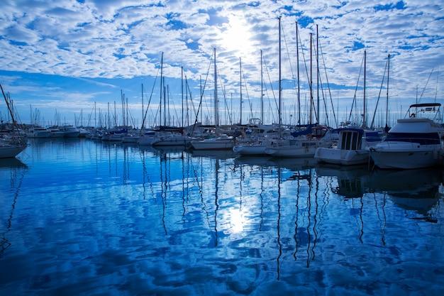 Port marina denia w prowincji alicante morza śródziemnego