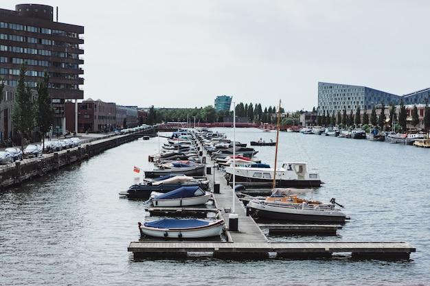 Port miejski z jachtami. amsterdam