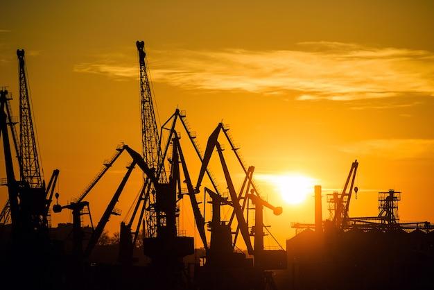 Port morski o zachodzie słońca