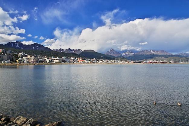 Port morski w mieście ushuaia na ziemi ognistej argentyny