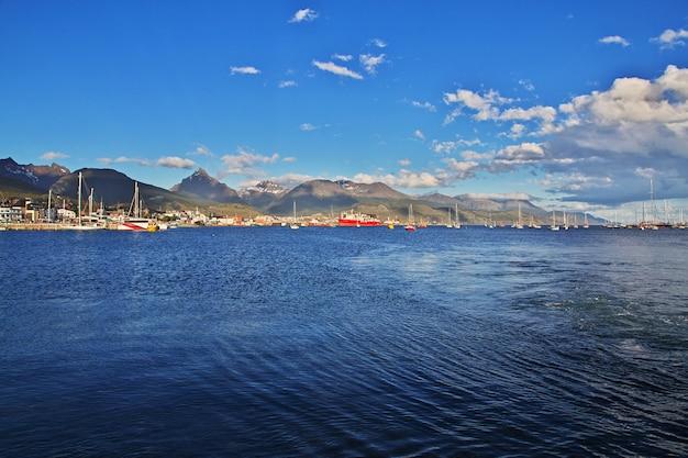 Port morski w mieście ushuaia na ziemi ognistej w argentynie