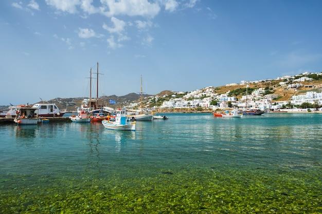 Port mykonos z łodziami rybackimi i jachtami oraz statkami grecja
