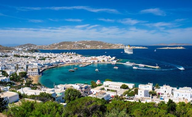 Port na wyspie mykonos z łodziami cyklady wyspy grecja