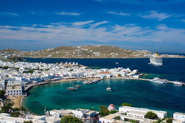 Port na wyspie mykonos z łodziami, wyspy cyklady, grecja
