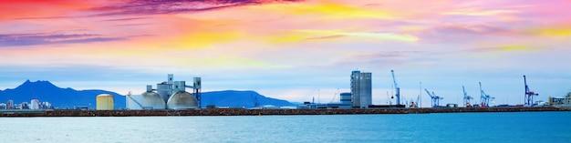 Port przemysłowy w castellón de la plana o świcie. hiszpania