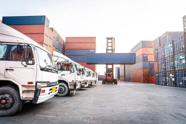 Port przemysłowy z kontenerami logistycznymi