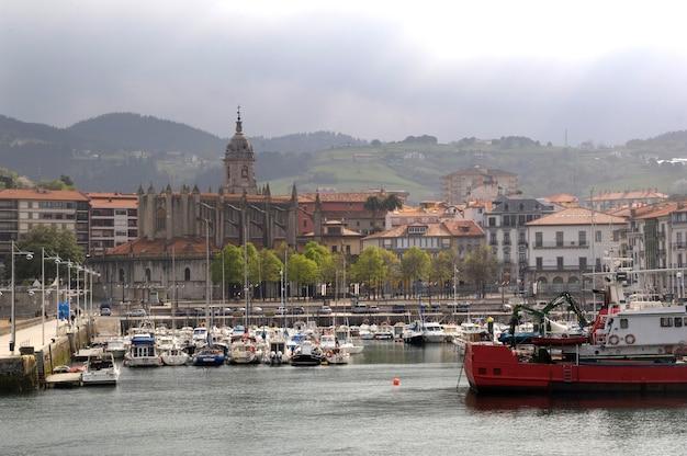 Port rybacki i wioska lekeitio, kraj basków, hiszpania