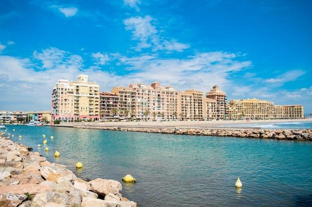 Port saplaya. walencja, hiszpania. 16 maja 2019 r. widok na port saplaya w walencji, hiszpania.