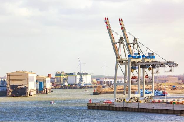Port towarowy hamburg na rzece łabie, największy port w niemczech.