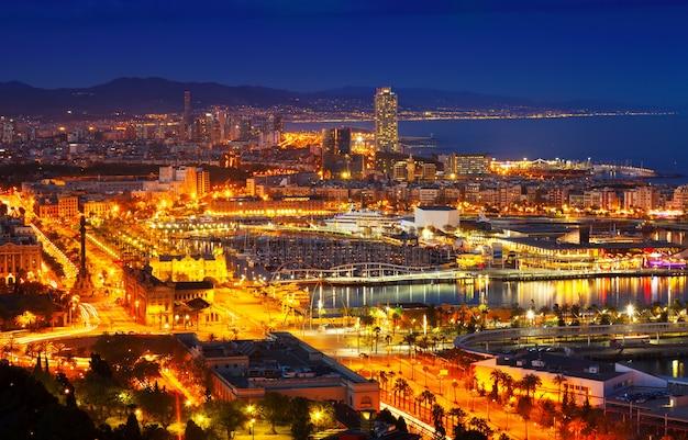 Port vell i barcelona cityspace w nocy
