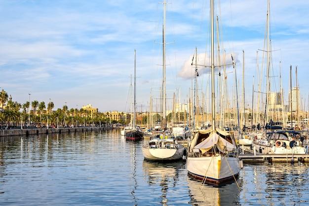 Port vell o zachodzie słońca, barcelona, hiszpania