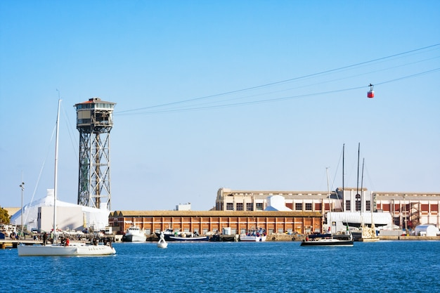 Port vell w barcelonie z centrum handlowym maremagnum i wieżą kolei linowej