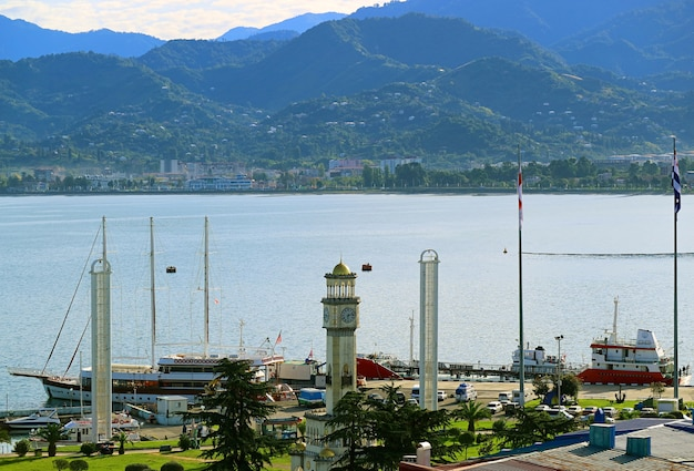 Port w batumi z wieżą zegarową chacha na wybrzeżu morza czarnego, batumi, gruzja