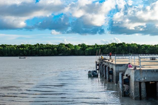 Port, w którym nie ma łodzi do odwiedzenia, więc chodźmy łowić ryby na wakacjach.