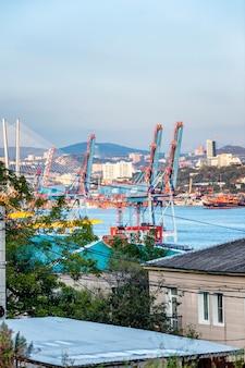 Port w mieście. pionowy.