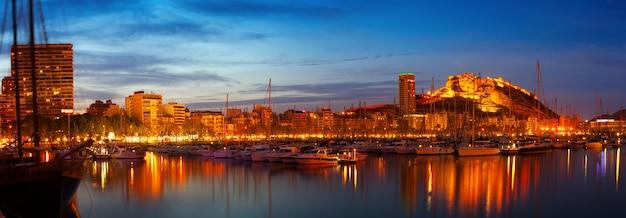 Port w nocy. alicante, hiszpania