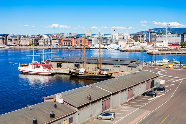 Port w oslo lub port w dzielnicy aker brygge w oslo, stolicy norwegii.