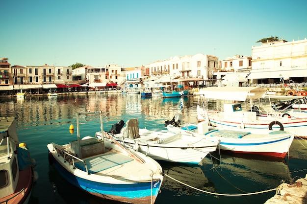 Port w retimno. centrum miasta. grecja, kreta. wrażenie grecji