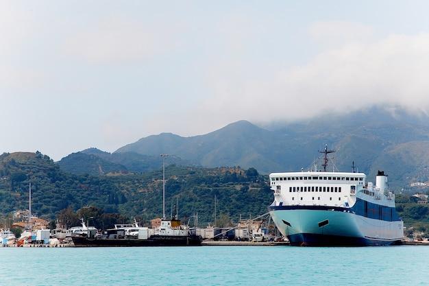 Port, wyspa zakinthos, grecja. duży statek wycieczkowy.