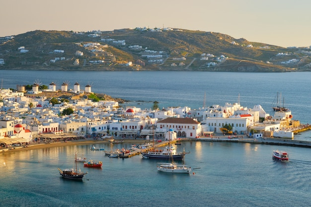 Port wyspy mykonos z łodzi cyklady wyspy grecja