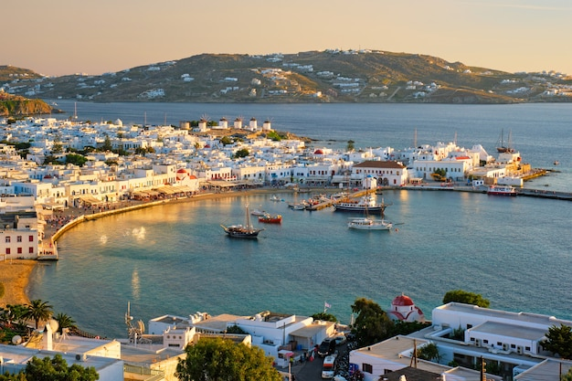 Port wyspy mykonos z łodziami, cyklady, grecja