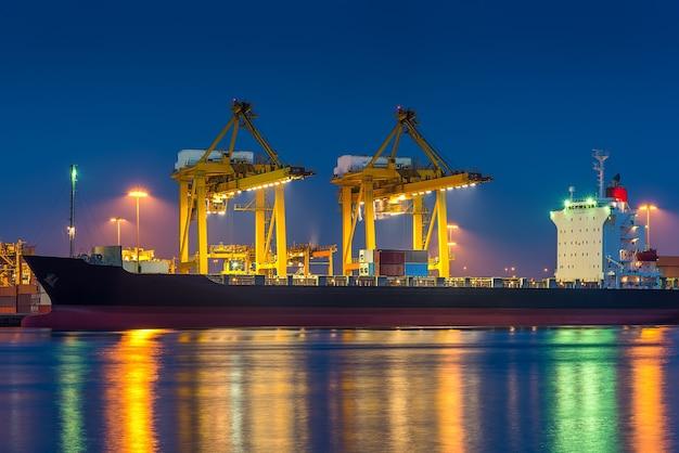 Port wysyłkowy z dźwigiem