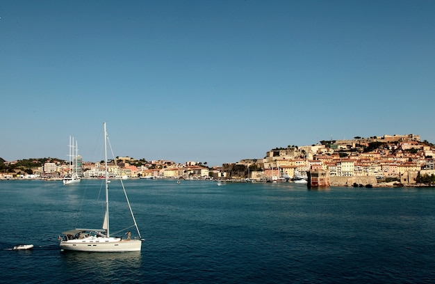 Port z łodziami w ciągu dnia w toskanii we włoszech