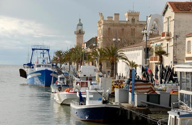 Port z łodziami w małej francuskiej wiosce
