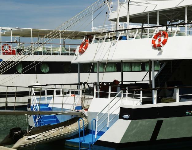 Port, zakinthos, wyspa grecja. duży statek wycieczkowy.
