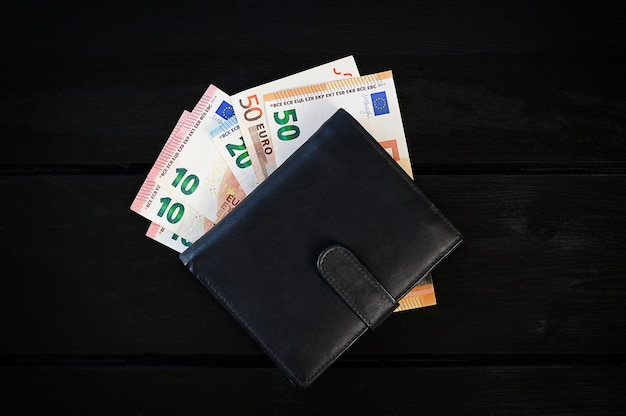 Portfel męski skórzany z euro, na czarnym stole