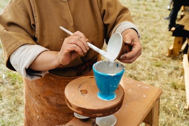 Portfel męski wykonany ręcznie ze skóry. wielobarwna tekstura. rzemiosło skórzane